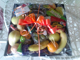 fruit and choc basket r 400